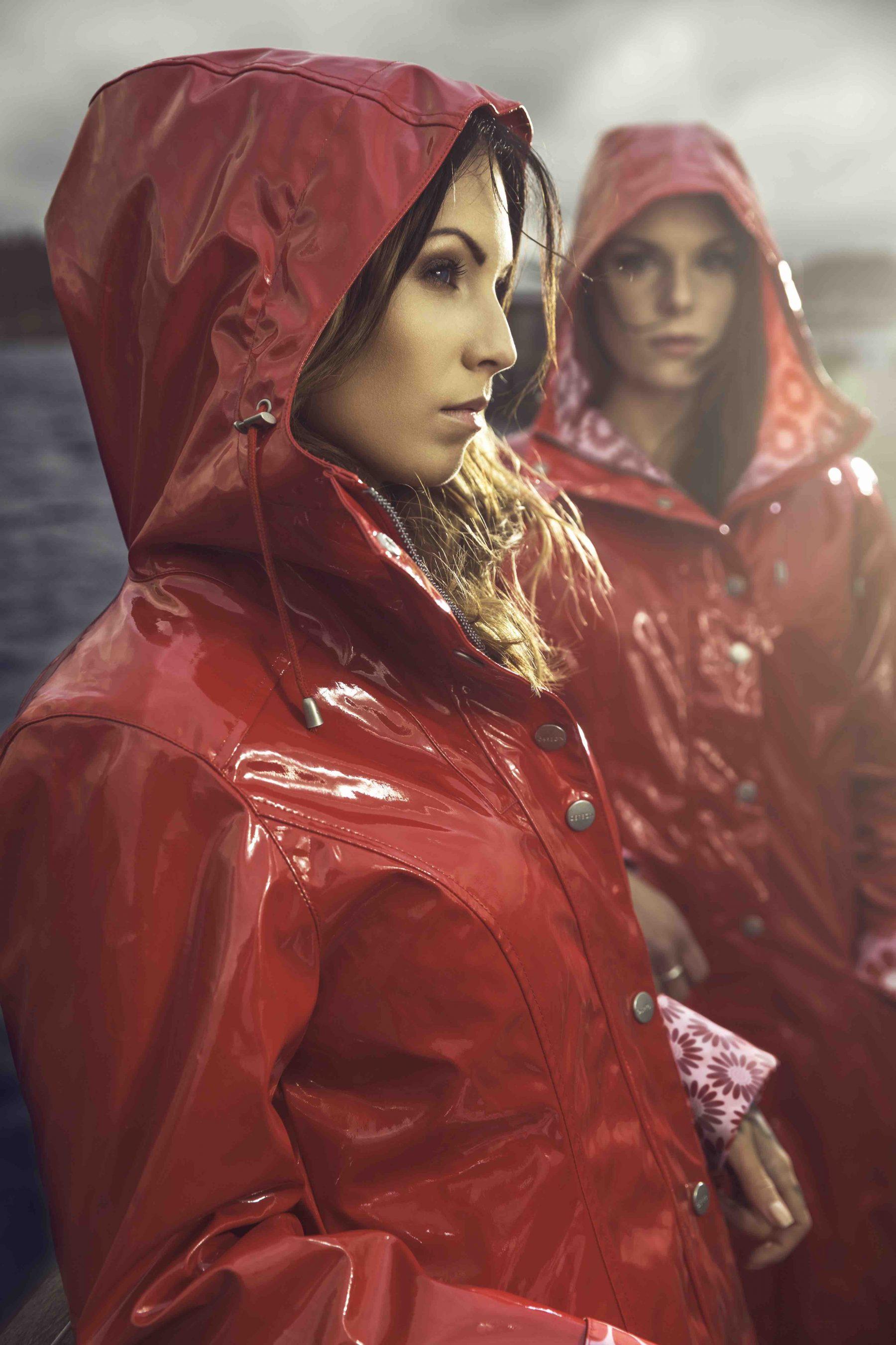 214 Sregn Shiny Raincoat Walk The Storm